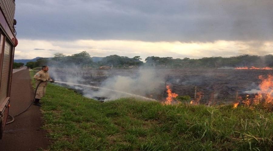 Center bombeiro combate fogo