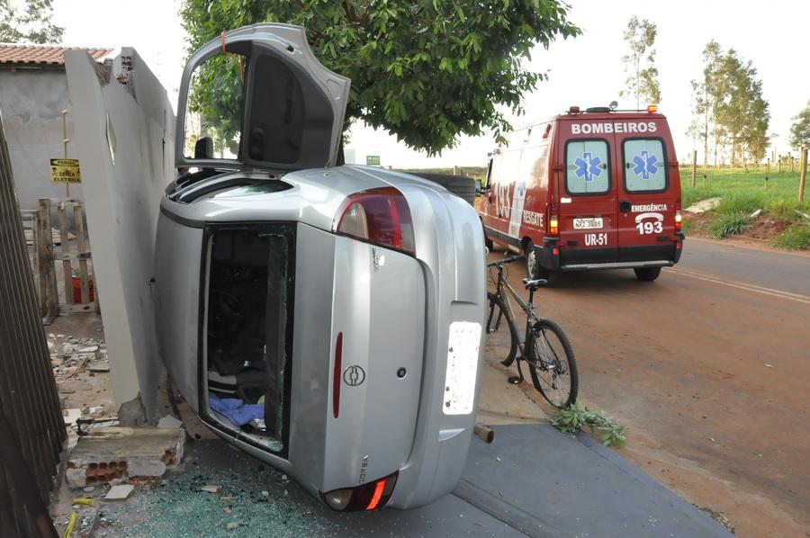 Carro fica fora de controle, invade calçada e tomba em Nova Andradina - Nova News