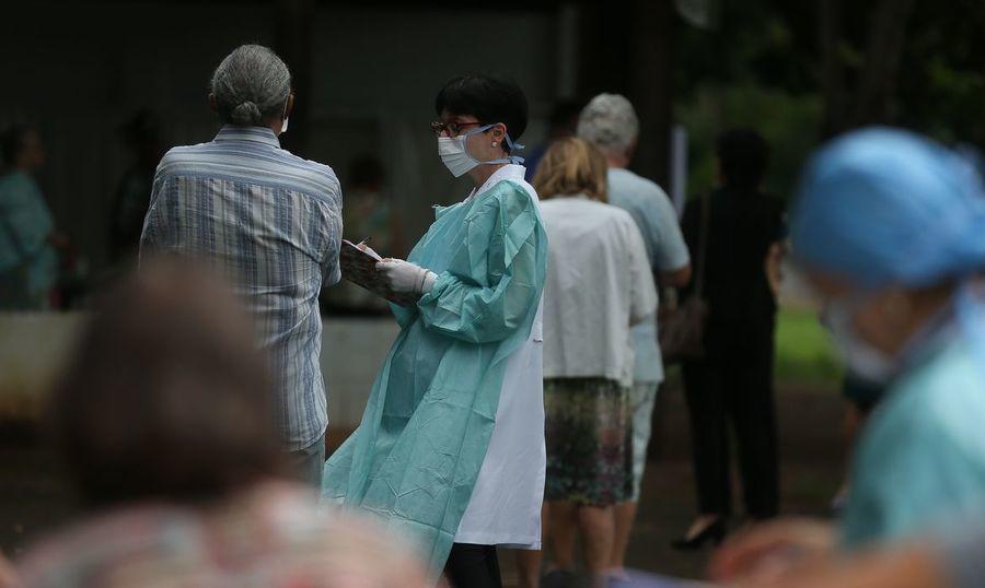 Center center movimentacao de idosos no posto da 612 sul para vacinacao contra influenza2403209968